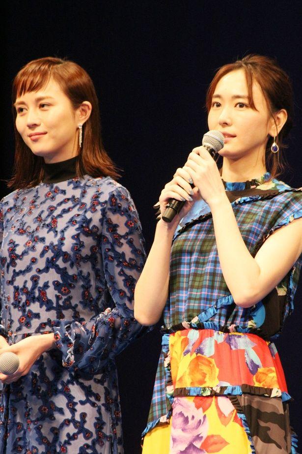 新垣結衣は、チェック柄×花柄のコンビネーションが華やかなドレス