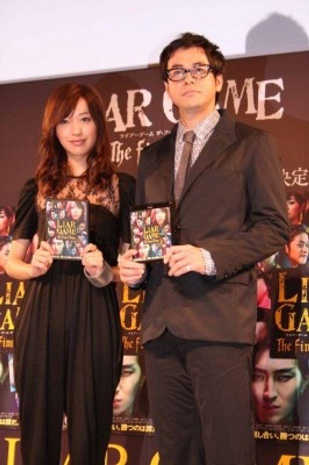400人のファンの声援で迎えられた戸田恵梨香と鈴木浩介