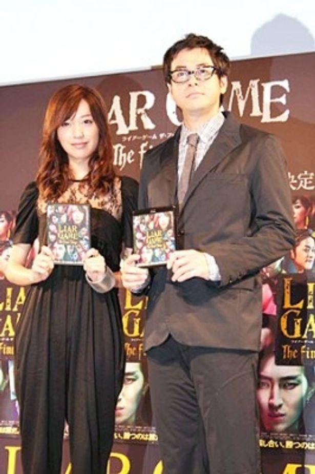 400人のファンの声援で迎えられた戸田恵梨香と鈴木浩介(写真左から)