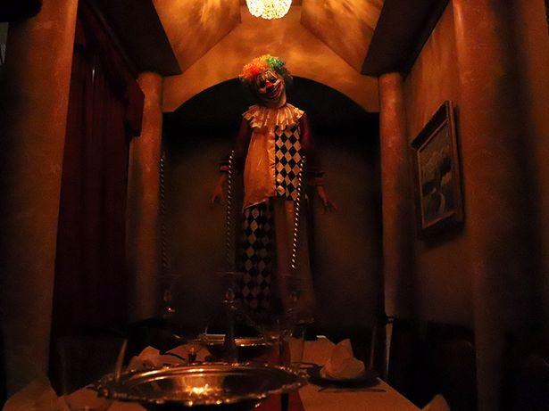 お化け屋敷「ダークピエロの隠れ家」に恐ろしいピエロが現れる