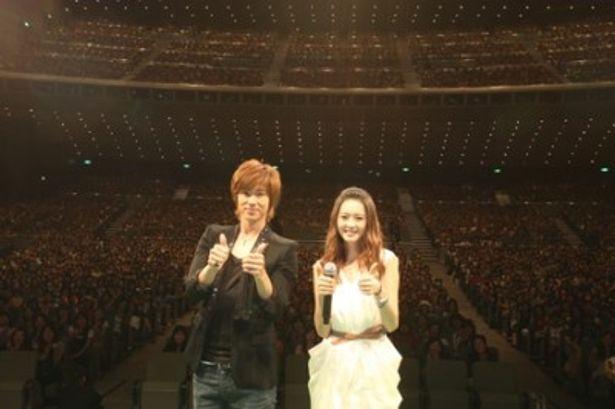 約5000人のファンと一緒にポーズをとるユンホとAra
