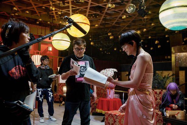 【写真を見る】菅田将暉も体当たりで女装姿を披露。メガネにおさげ、ピンクのドレスがかわい…くナイ!?