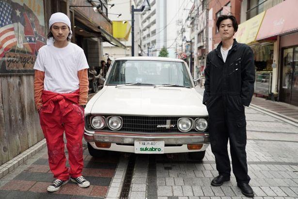 売れない俳優・龍助役の窪塚俊介(写真右)と弟の虎太役のRUEEDは実の兄弟