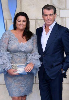 ピアース・ブロスナン、ふくよかな愛妻と手をつないでプレミアに!