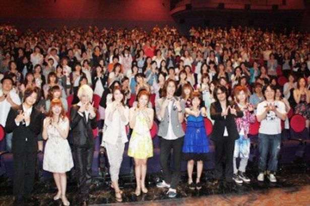 舞台あいさつには浪川大輔監督(左端)をはじめ出演者の上原歩(左から5番目)、宮野真守(右から5番目)、平田裕香(右から4番目)ら豪華な顔ぶれがそろった