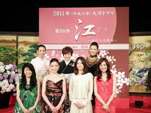壇上左から、鈴木保奈美、大竹しのぶ、鈴木砂羽、壇下左から、脚本家・田渕久美子、宮沢りえ、上野樹里、水川あさみ