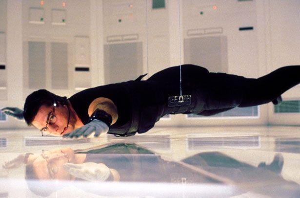 『M:I』シリーズを有名にしたとも言える1作目の床スレスレの宙づりアクション(『ミッション:インポッシブル』)