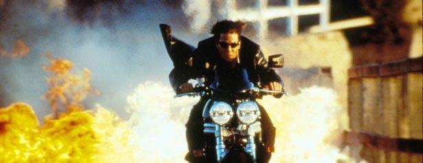 バイクチェイス・シーンでは、危険な曲芸走行も披露!(『M:I-2』)