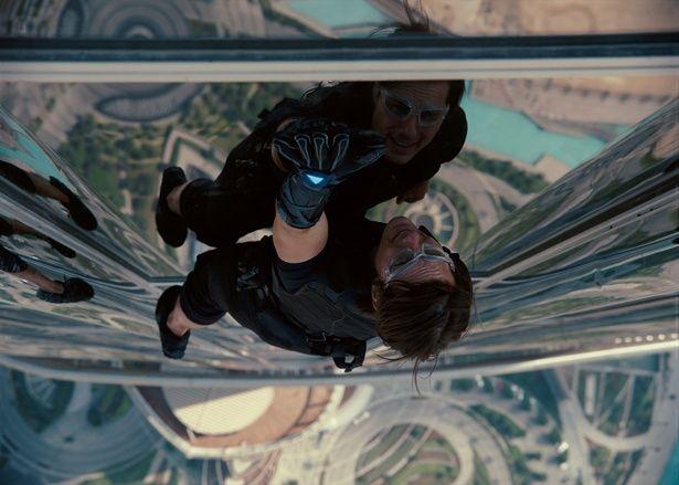 世界一の高層ビル、ブルジュ・ハリファでのシーンは観ているだけでハラハラ(『ミッション:インポッシブル ゴースト・プロトコル』)