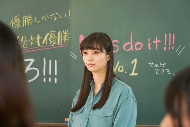 あゆはたちの高校に突然赴任してきた音楽教師の秋香(新川優愛)