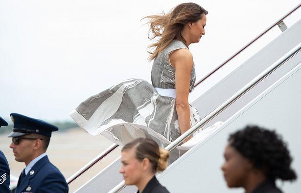 【写真を見る】風でスカートがめくれあがる!あわやショーツ露出のハプニング