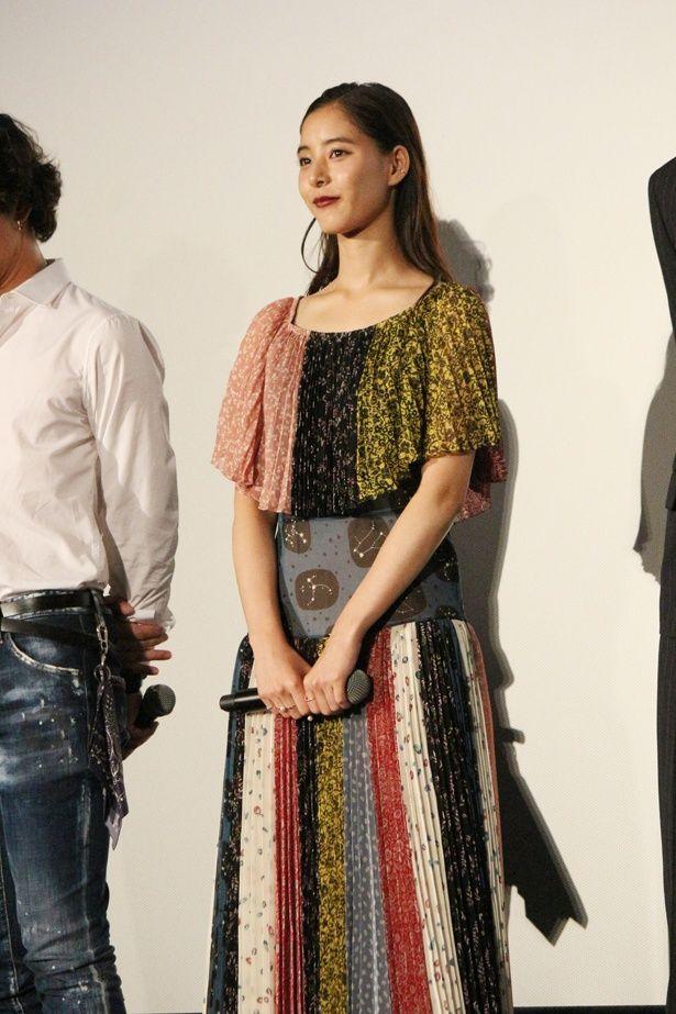 カラフルでキュートなドレスに身を包んだ新木優子
