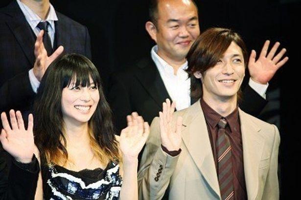 男と女が逆転した「大奥」のクランクアップ会見に出席した柴咲コウ、玉木宏(写真左から)