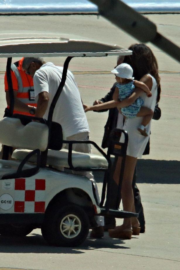 【写真を見る】ついに激写!ジョージ・クルーニーとアマル、赤ちゃんを抱えた貴重ショット