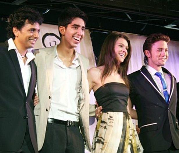 「エアベンダー」のキャストの面々。M.ナイト・シャマラン監督、デヴ・バテル、ニコラ・ベルツ、ジャクソン・ラスボーン(写真左から)