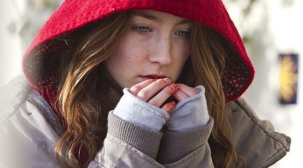 シアーシャの澄んだ青い瞳と、血の赤のコントラストが印象的(『ビザンチウム』)
