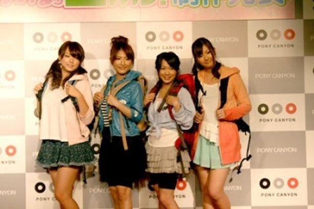 流行の登山ファッションで登場した篠崎愛、古瀬絵理、谷澤恵里香、村上友梨(写真左から)