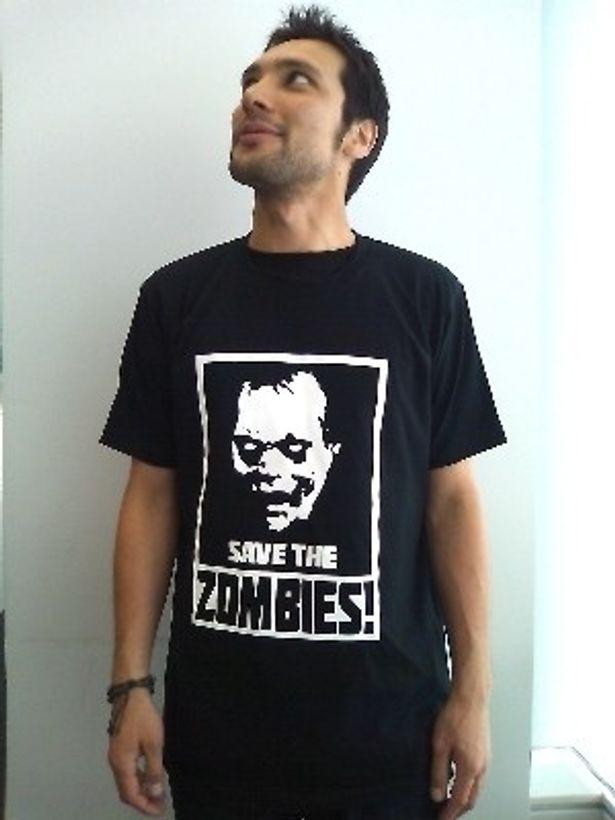 前から見ると普通のTシャツだ
