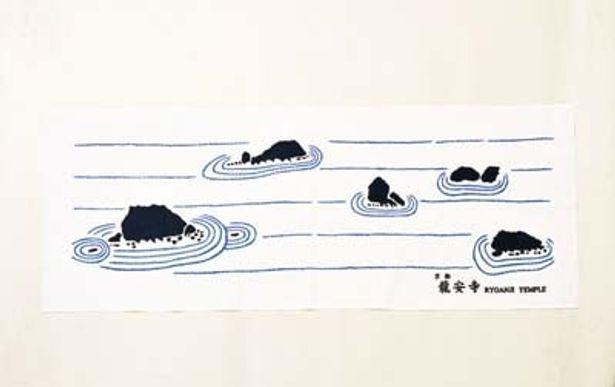 青と白で石庭がデザインされたシンプルな日本手ぬぐい(450円)