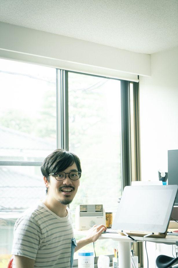 液タブを使い、可動式の机で立ちながら作画する石田監督