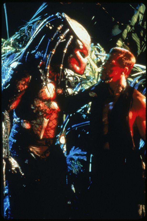 プレデターとタイマンを張るアーノルド・シュワルツェネッガー演じるダッチ少佐(『プレデター』)