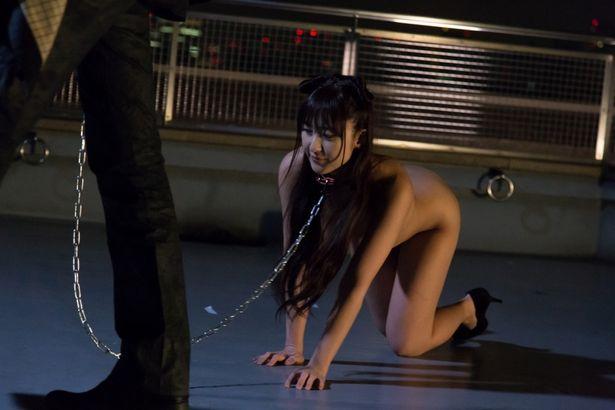 性奴隷が、全裸散歩で股おっぴろげ!