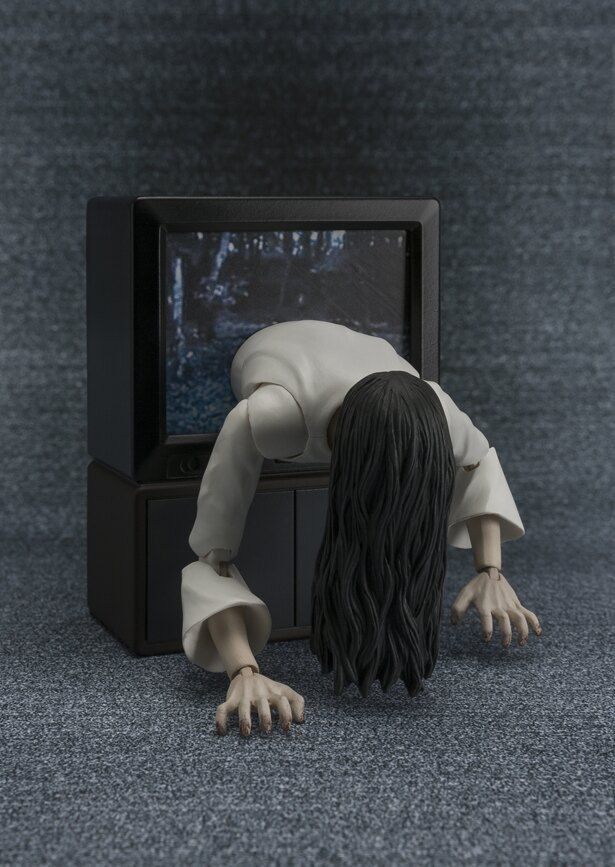 貞子のフィギュアは、テレビから飛びだしてくるあのシーンを再現可能!