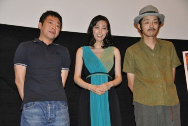左から、鈴木卓爾監督、吹石一恵、宮藤官九郎