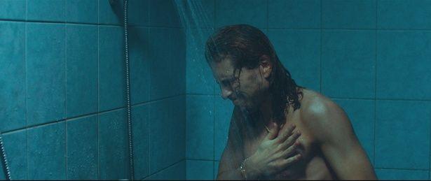 注目株のスウェーデン出身俳優、スベリル・グドナソン。シャワールームで苦痛に身もだえる!