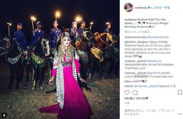 【写真を見る】煌びやかなアラブの姫君風衣装と贅沢な演出で撮った写真をインスタグラムに投稿