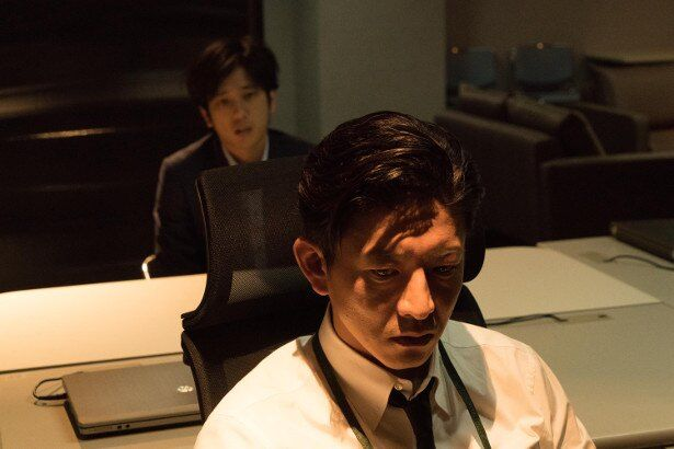 【写真を見る】木村拓哉と二宮和也が織りなす演技合戦に息を呑む