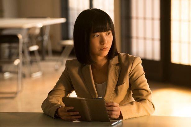 沖野の担当事務官・橘沙穂(吉高由里子)。このヘアスタイルは吉高の提案だったとか