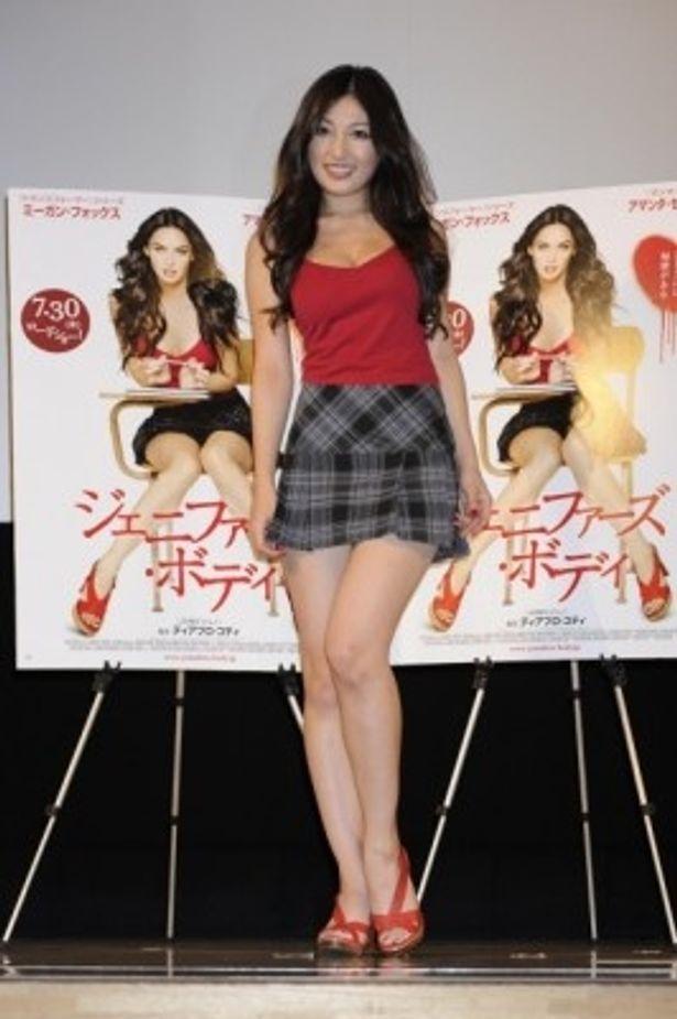 赤いキャミソールにミニスカート姿で登場した熊田曜子