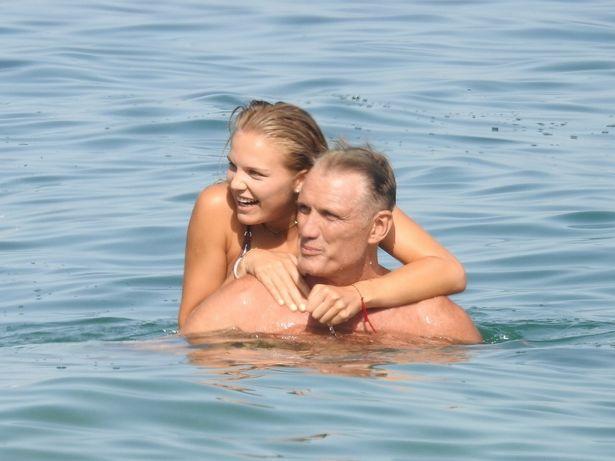 【写真を見る】美しい2ショットはまるでデート!娘のイダと仲良しビーチ