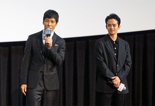 岡田と共に舞台挨拶に登壇した、共演の西島秀俊と池松壮亮