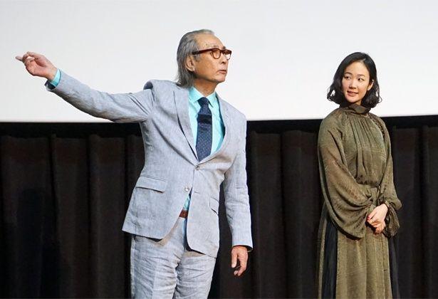 本作への思い入れを語る木村大作監督と、話に聞き入る黒木華