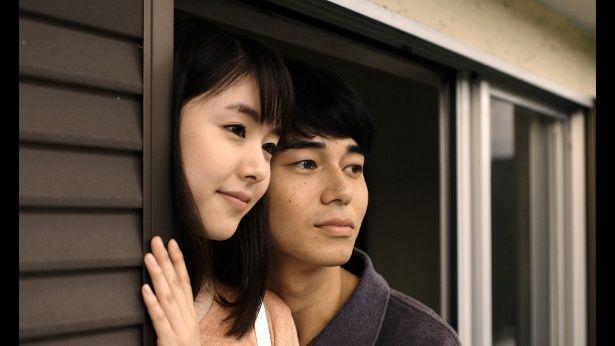 カフェで働く朝子(唐田えり)は、麦にそっくりな亮平(東出昌大)と出会い、戸惑いながらも惹かれていく