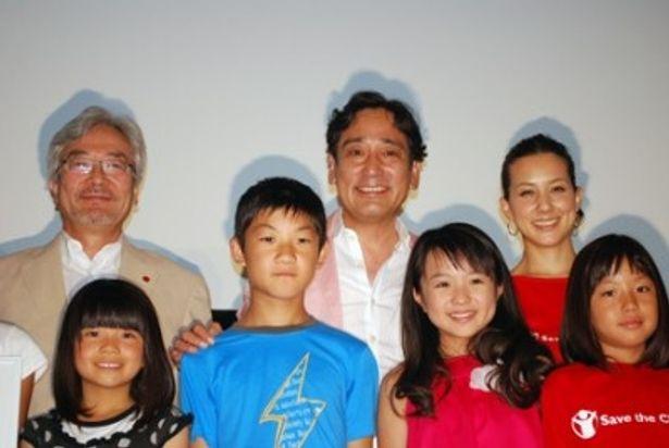 英語を交えたあいさつで会場を沸かせたルー大柴(写真後列左から2人目)