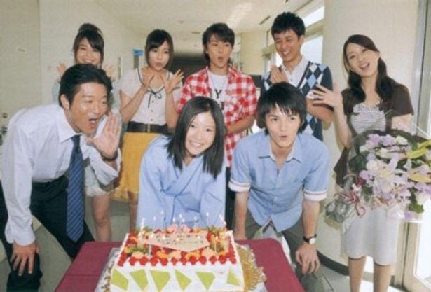 寺脇康文ら出演者が集まり「おめでとー!」と吉高由里子の22歳を祝った