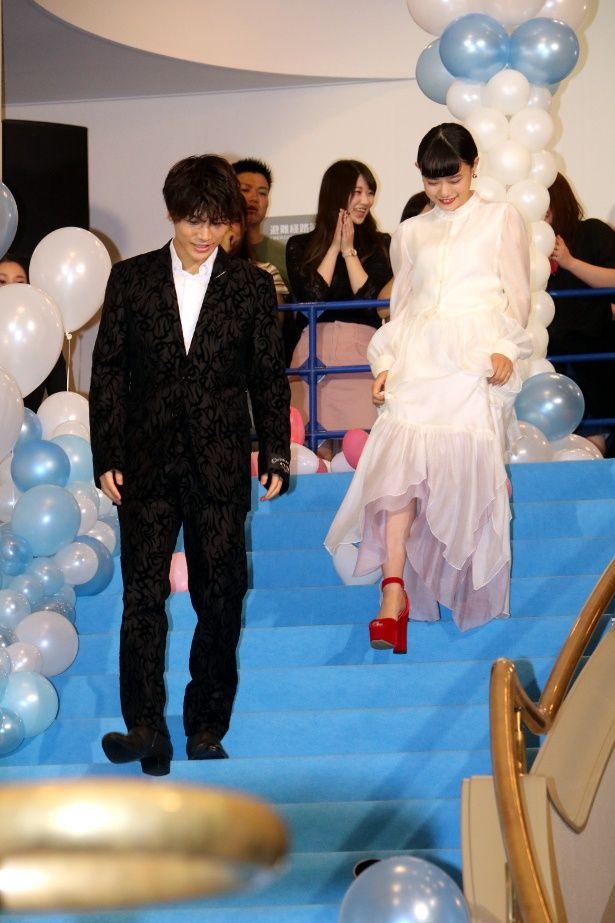 【写真を見る】岩田剛典と杉咲花がブルーのカーペットを歩く全身ショット
