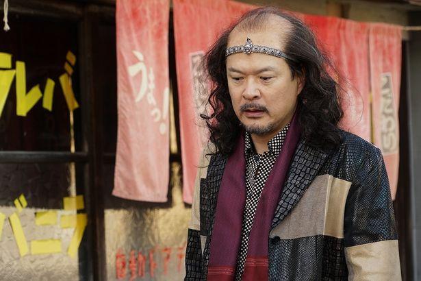 【写真を見る】田中哲司がマジメキャラから激変!? ハゲヅラの強面社長に