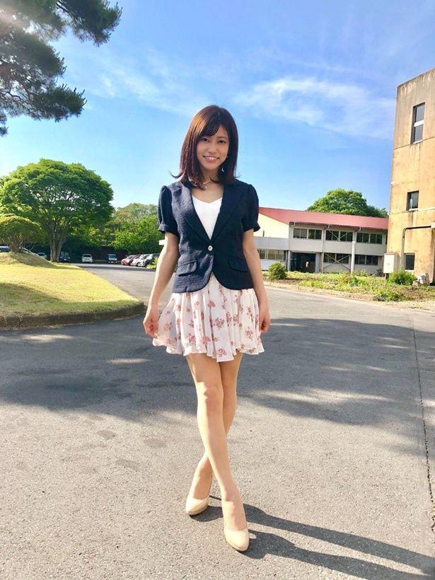 【写真を見る】マチコ先生を演じるのは、ヘルシー美脚と笑顔がまぶしい大澤玲美