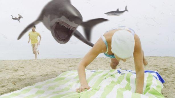 空からサメが降ってくる!(『シャークネード ラスト・チェーンソー 4DX』)
