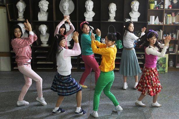 ダンスシーンで流れる洋楽も80年代後半の韓国という時代を象徴している(『サニー 永遠の仲間たち』)