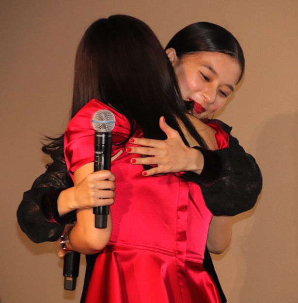 【写真を見る】土屋太鳳と芳根京子、感謝と愛を込めて熱い抱擁!