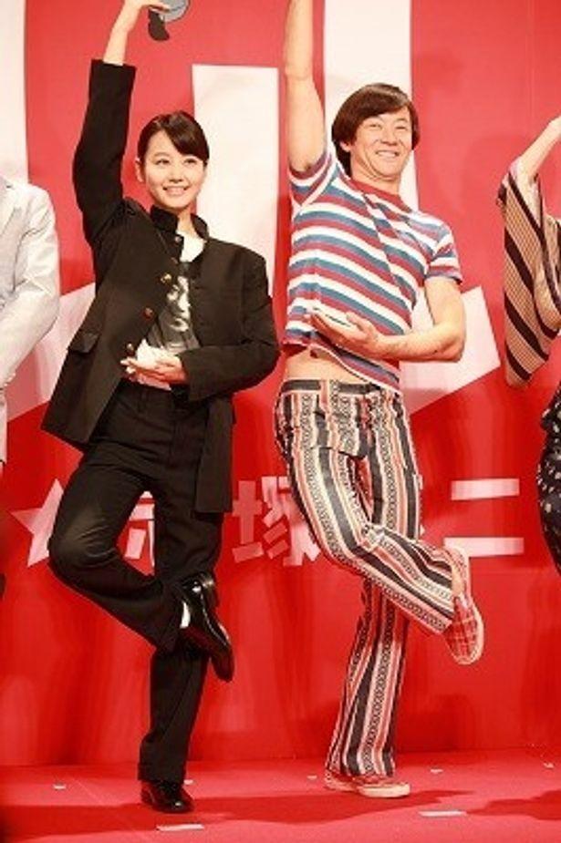 『これでいいのだ!! 映画★赤塚不二夫』の会見で「シェー!!」のポーズをする浅野忠信と堀北真希