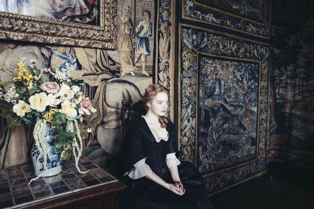 【写真を見る】エマ・ストーンが貴族への返り咲きを目論む召使いに!2度目のアカデミー賞を狙う