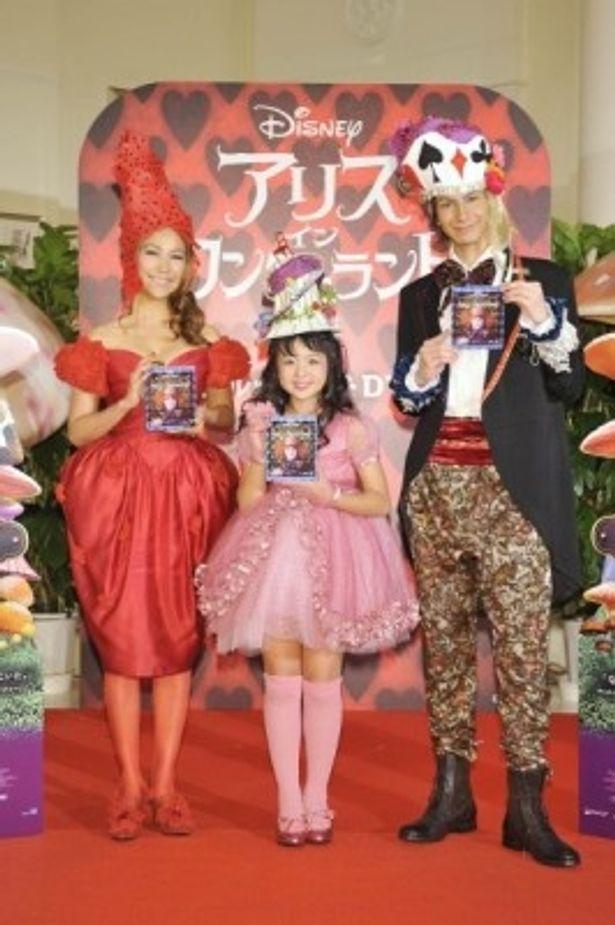 「帽子ファッションショー」に登場した、左から、Sophia、さくらまや、JOY