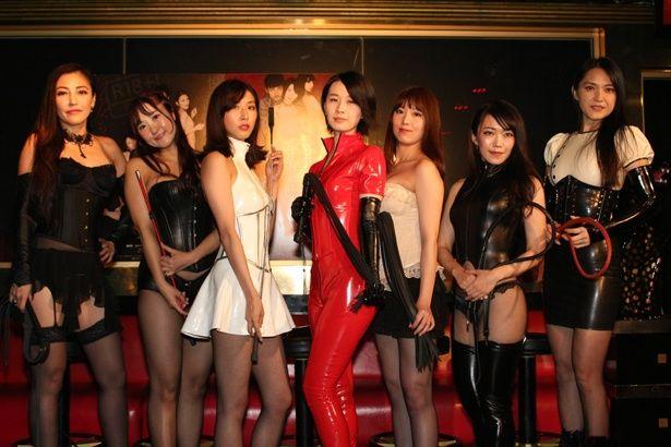 7人の美女たちが、華麗な鞭捌きで男達を翻弄する!