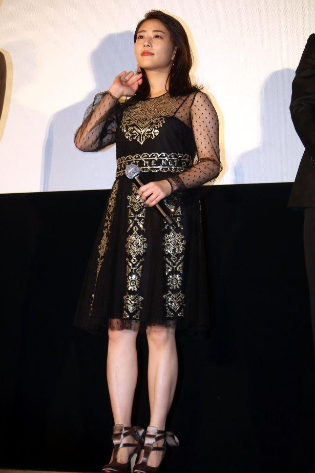 【写真を見る】高畑充希はメタリックな刺繍が入ったセクシーなドレスで登壇